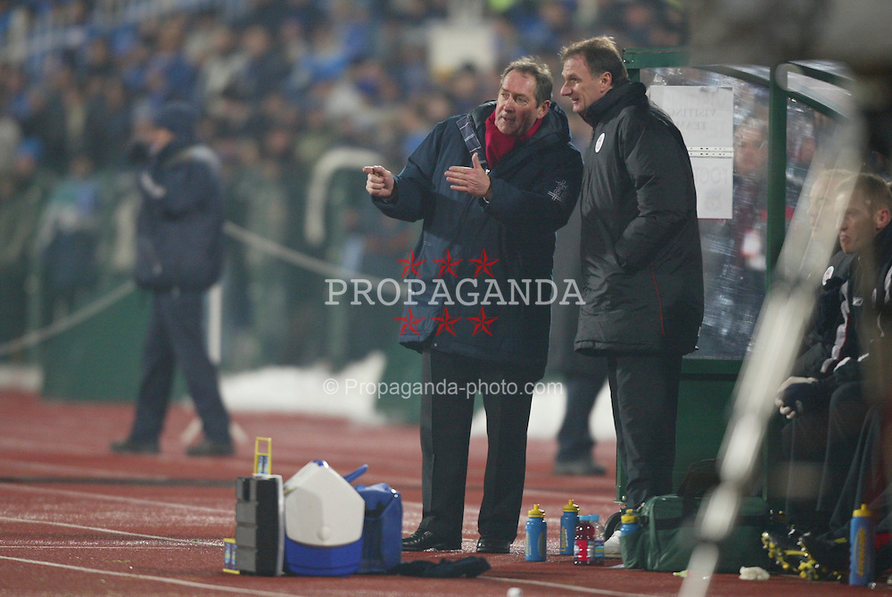 SOFIA, BULGARIA - Wednesday, March 3, 2004: Liverpool's manager Ge?rard Houllier and assistant Phil Thompson against Levski Sofia during the UEFA Cup 4th Round 2nd Leg match at the Vasil Levski Stadium. (Pic by David Rawcliffe/Propaganda)