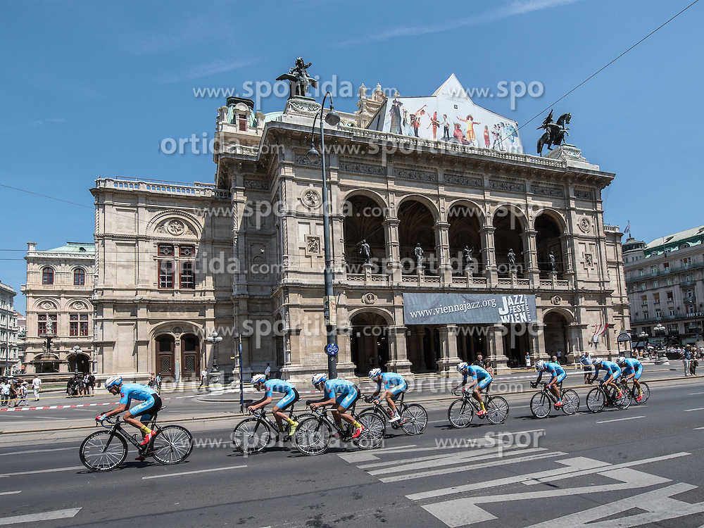 04.07.2015, Wien, AUT, Österreich Radrundfahrt, Mannschaftszeitfahren, im Bild Team Felbermayr Simplon (AUT), Staatsoper // Team Felbermayr Simplon of Austria in front of the staatsoper during the Tour of Austria, Team Time Trial, in Wien, Austria on 2015/07/04. EXPA Pictures © 2015, PhotoCredit: EXPA/ Reinhard Eisenbauer