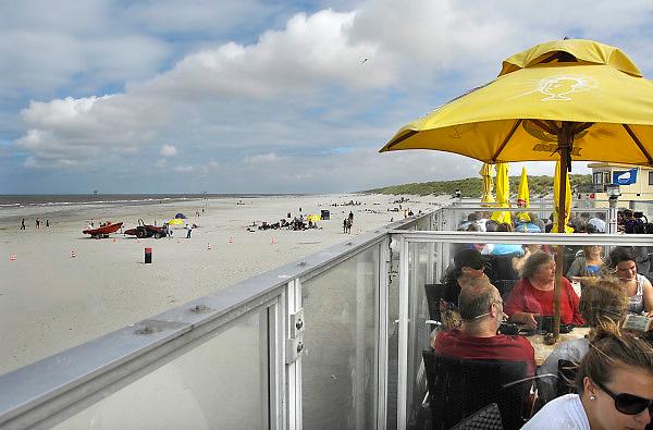Nederland, Ameland, 21-8-2010Op het strand van Ameland ter hoogte van Buren. Op het terras van een strandpaviljoen nemen mensen een versnapering. De reddingsbrigade en strandwacht zijn paraat om eventuele drenkelingen uit het water te halen.Foto: Flip Franssen/Hollandse Hoogte