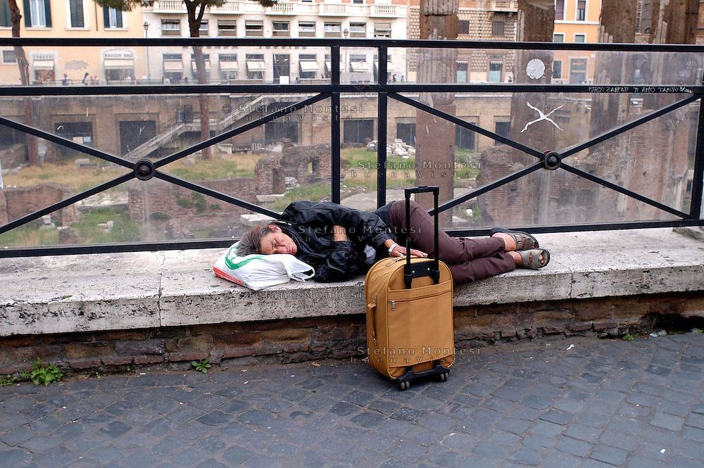 Roma 7 Giugno 2008.Largo Argentina.Senza fissa dimora dorme per la strada.Homeless sleeping on the street...
