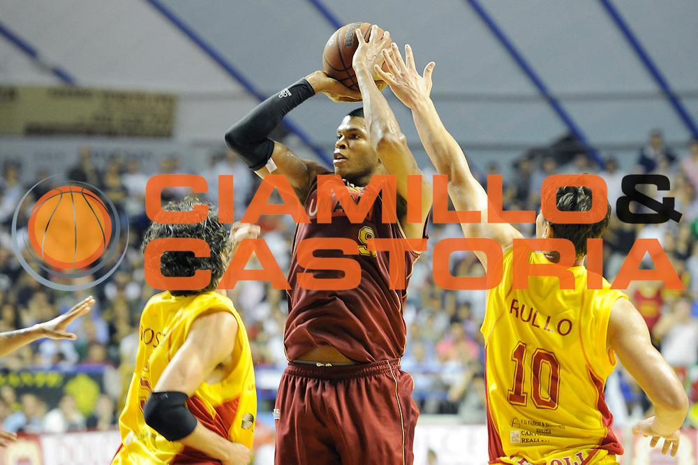 DESCRIZIONE : Venezia Lega Basket A2 2010-11 Playoff Semifinale Gara 5 Umana Reyer Venezia Prima Veroli<br /> GIOCATORE : Tamar Slay<br /> SQUADRA : Venezia Prima Veroli<br /> EVENTO : Campionato Lega A2 2010-2011<br /> GARA : Umana Reyer Venezia Prima Veroli<br /> DATA : 08/06/2011<br /> CATEGORIA : tiro<br /> SPORT : Pallacanestro <br /> AUTORE : Agenzia Ciamillo-Castoria/C. De Massis<br /> Galleria : Lega Basket A2 2010-2011 <br /> Fotonotizia : Venezia Lega Basket A2 2010-11 Playoff Semifinale Gara 5 Umana Reyer Venezia Prima Veroli<br /> Predefinita :
