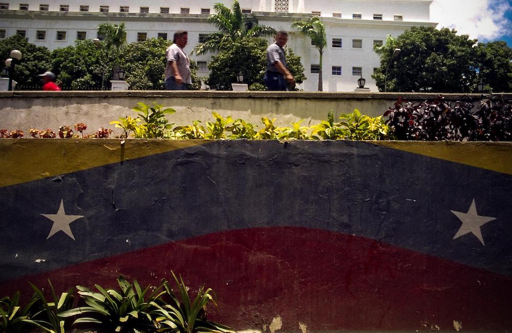 VENEZUELAN POLITICS / POLITICA EN VENEZUELA<br /> Around Miraflores Palace / Alrededores del Palacio de Miraflores<br /> Caracas - Venezuela 2004<br /> (Copyright © Aaron Sosa)
