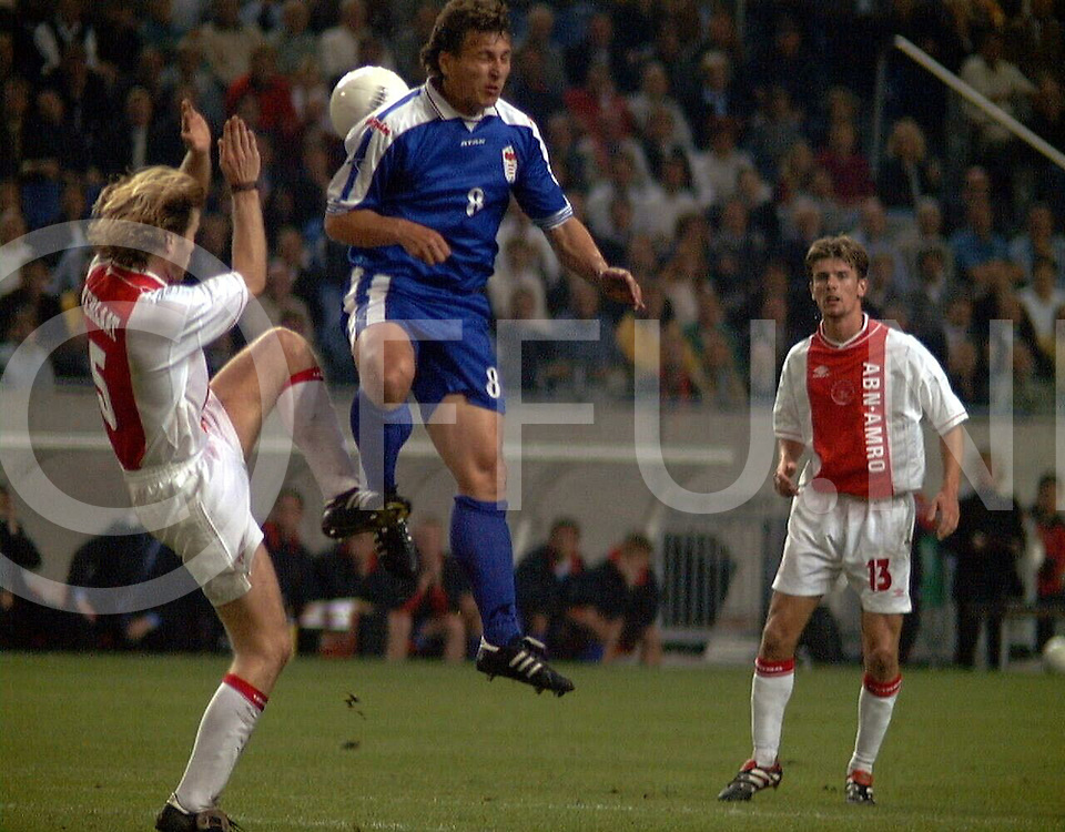 fotografie frank uijlenbroek@1999/frank uijlenbroek.990916 amsterdam sport nederland.ajax- fc dukla banska.Frank verlaat(l) in duel met Lubomir Faktor