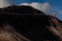 THEMENBILD - das Fuscher Törl. Die Grossglockner Hochalpenstrasse verbindet die beiden Bundeslaender Salzburg und Kaernten mit einer Laenge von 48 Kilometer und ist als Erlebnisstrasse vorrangig von touristischer Bedeutung, aufgenommen am 15. September 2016, Bruck a. d. Glocknerstrasse, Oesterreich // the Fuscher Toerl. The Grossglockner High Alpine Road connects the two provinces of Salzburg and Carinthia with a length of 48 km and is as an adventure road priority of tourist interest at Bruck a. d. Glocknerstrasse, Austria on 2016/09/15. EXPA Pictures © 2016, PhotoCredit: EXPA/ JFK
