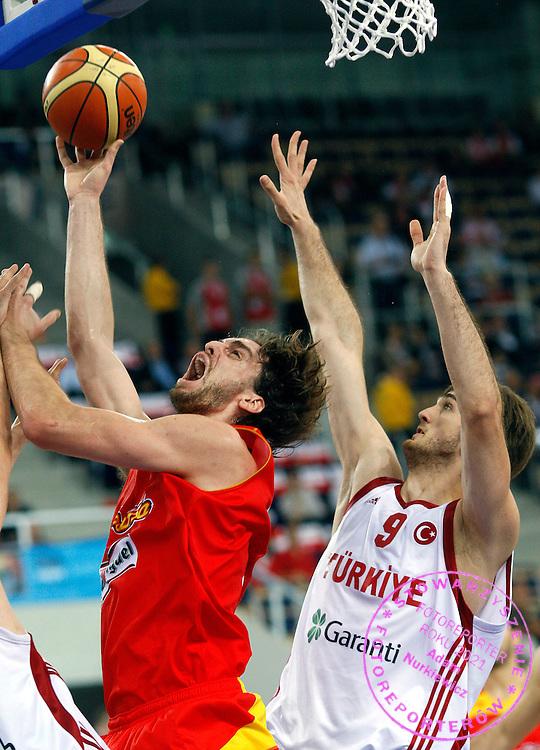 Wroclaw 12/09/2009.EuroBasket 2009.Qualifying Round - Group F.Turkey v Spain.Semih Erden /R/ of Turkey and Pau Gasol /c/ of Spain ..Photo by : Piotr Hawalej / WROFOTO