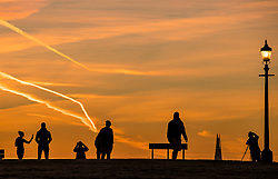 © Licensed to London News Pictures. 30/01/2018. London, UK. Early morning visitors to Primrose Hill enjoy the view as the sun rises over central London. Photo credit: Peter Macdiarmid/LNP