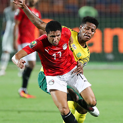06 July 2019, Egypt, Cairo: Egypt's Mohamed Elneny (L) and South Africa's Bongani Zungu battle for the ball during the 2019 Africa Cup of Nations round of 16 soccer match between Egypt and South Africa at Cairo International Stadium. Photo : PictureAlliance / Icon Sport