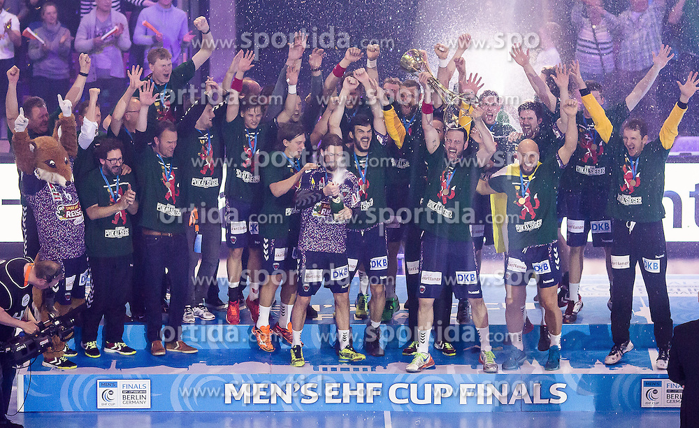 Berlin, Deutschland, 17.05.2015:<br />Handball EHF Pokal Finale 2014 / 2015 - Fuechse Berlin - HSV Hamburg - EHF CUP Finals 2014/15.<br /><br />Die F&Atilde;&frac14;chse Berlin bejubeln den Gewinn des EHF-Pokals *** Local Caption *** &Acirc;&copy; pixathlon