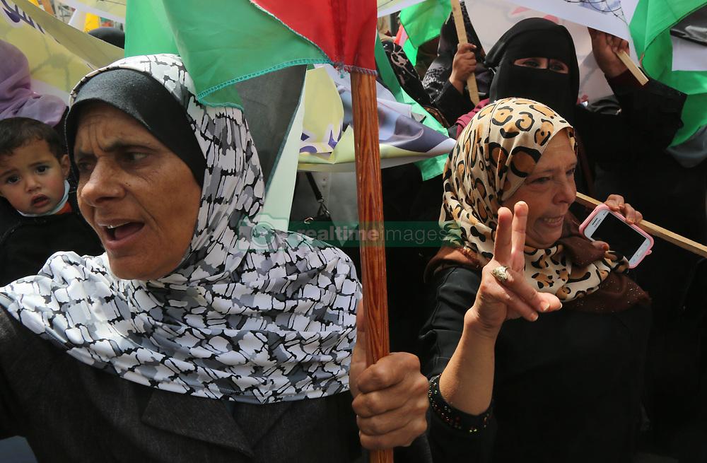April 17, 2018 - Gaza, Palestinian Territories, Palestine - Palestinian women take part in a demonstration in support of Palestinian prisoners held in Israeli jails, in Gaza City, on April 17, 2018. (Credit Image: © Majdi Fathi/NurPhoto via ZUMA Press)