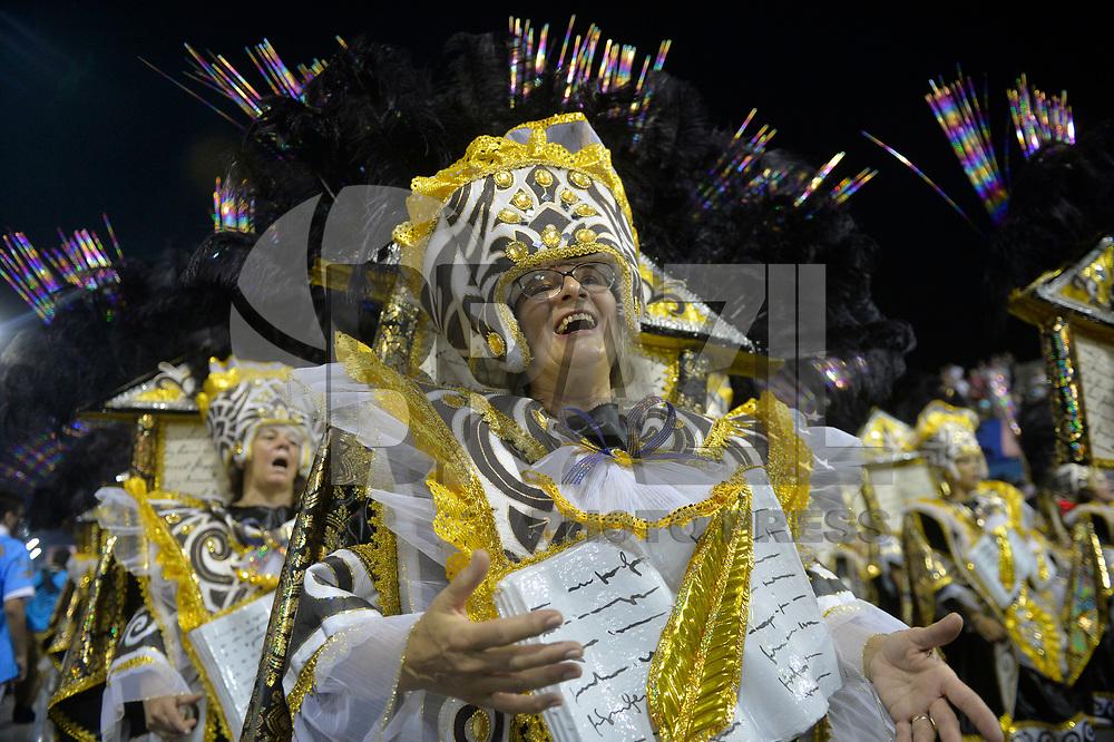 SÃO PAULO, SP, 10.02.2017  - CARNAVAL-SP - Integrante da escola de samba Tatuapé durante desfile do Grupo Especial do Carnaval de São Paulo, no Sambódromo do Anhembi em Sao Paulo, na madrugada deste sabado, 10. (Foto: Levi Bianco/Brazil Photo Press)