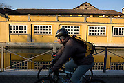 Cyclists along Naviglio Martesana (canal) close at Tirano street in Milan, January, 2011. © Carlo Cerchioli..Ciclisti lungo il Naviglio Martesana in via Tirano a Milano, gennaio 2011.