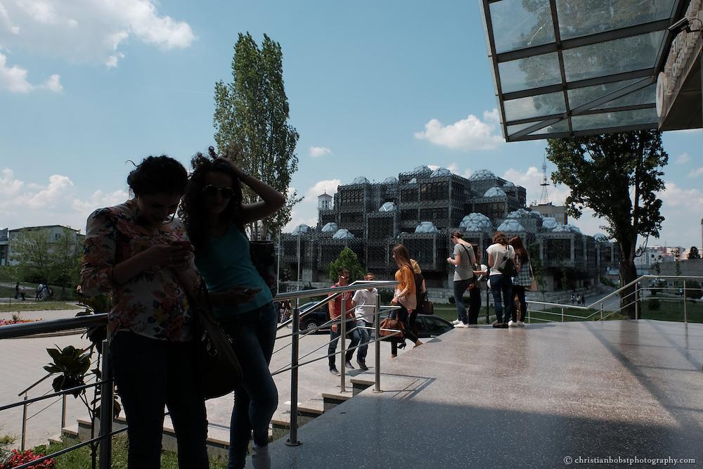 Staatliche Universität in Pristina, Fakultät für Bildung, im Hintergrund die Nationalbibliothek