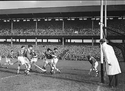 Neg no: A625/1954-1958..17031958IPHCF.17.03.1958...Interprovincial Railway Cup Hurling Championship - Final..Munster.03-07.Leinster.03-05