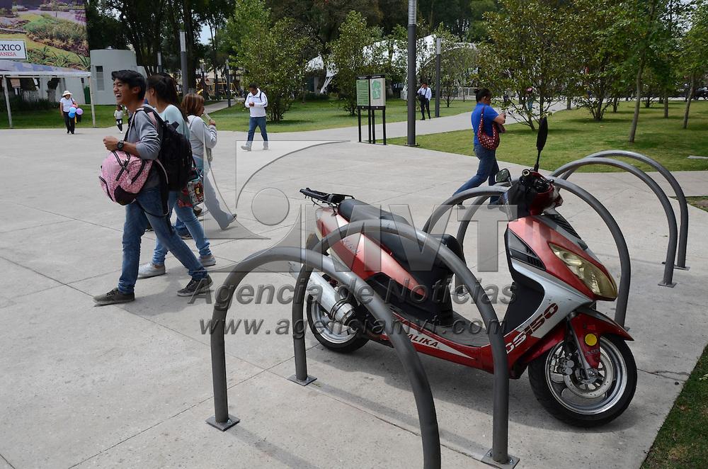 Toluca, México.- A pesar que está prohibido, una motoneta es dejada en el estacionamiento de bicicletas del Parque Alameda Cuauhtemoc. Agencia MVT / Arturo Hernández.