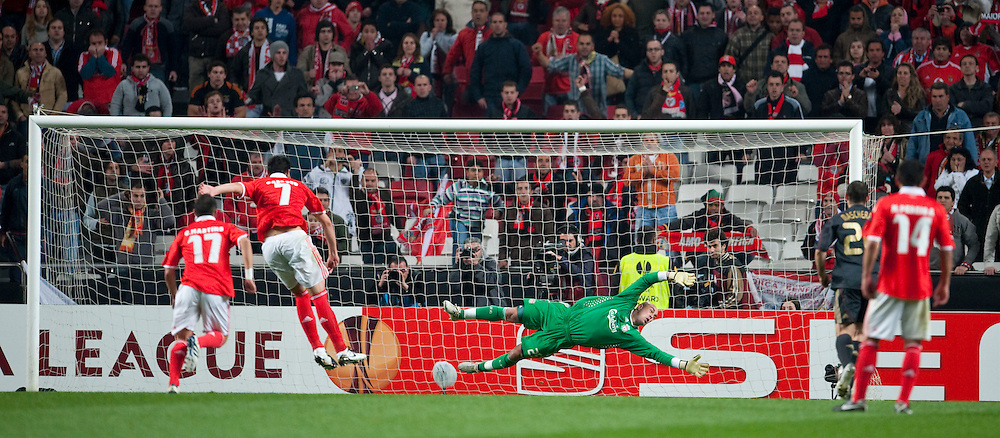 01.04.2010, Estadio da Luz, Lissabon, POR, UEFA Europa League, SL Benfica vs Liverpool FC, im Bild Liverpool's goalkeeper Pepe Reina cannot prevent SL Benfica's Oscar Cardozo scoring from the penalty spot to score the equalising goal during the UEFA Europa League Quarter-Final 1st Leg match at the Estadio da Luz. EXPA Pictures © 2010, PhotoCredit: EXPA/ Propaganda/ D. Rawcliffe / SPORTIDA PHOTO AGENCY