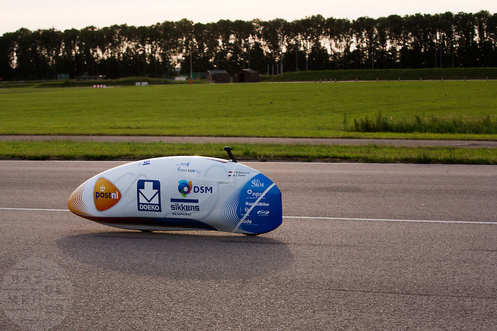 Op de RDW baan bij Lelystad maakt de nieuwe fiets van het Human Powered Team Delft en Amsterdam, de VeloX3, de eerste echte testmeters zonder beschermend pak. Met de speciale ligfiets wil het team dat bestaat uit studenten van de TU Delft en de VU Amsterdam het wereldrecord fietsen verbreken. Dat staat nu op 133 km/h.<br /> <br /> At the RDW test track near Lelystad the new bike of the Human Powered Team Delft and Amsterdam, the VeloX3, is making its first meters without protection cover. With the special recumbent bike the team, consisting of students of the TU Delft and the VU Amsterdam, wants to set a new world record cycling. The current speed record is 133 km/h.