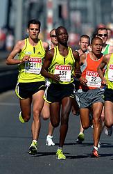 15-04-2007 ATLETIEK: FORTIS MARATHON: ROTTERDAM<br /> In Rotterdam werd zondag de 27e editie van de Marathon gehouden. De marathon werd rond de klok van 2 stilgelegd wegens de hitte en het grote aantal uitvallers / Koen Raymaekers op de Erasmusbrug - aa drink<br /> ©2007-WWW.FOTOHOOGENDOORN.NL