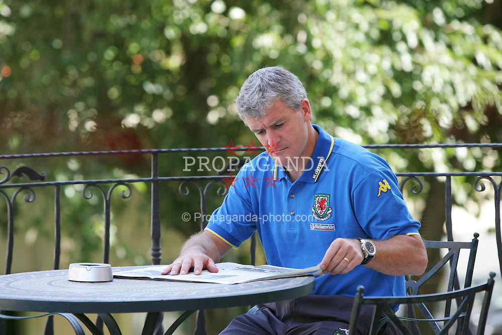 BAKU, AZERBAIJAN - FRIDAY SEPTEMBER 3rd 2004: Wales' manager Mark Hughes pours over the newspaper at the Hyatt Park Hotel ahead of his side's opening World Cup Qualifyer against Azerbaijan in Baku. (Photo by David Rawcliffe/Propaganda)
