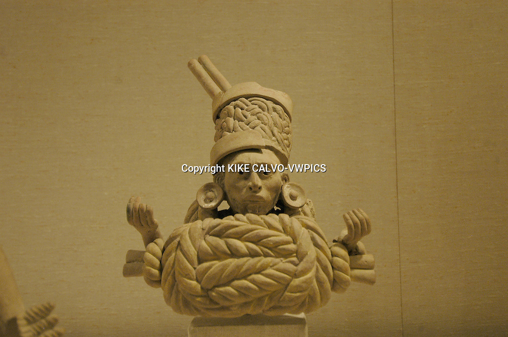 Two figures with knots on chest. Veracruz, Mexico. Marble. !0th Century.© KIKE CALVO.( culture, landmark, education, international, collection, piece, sculpture, painting, art, artistic, historic, historical, history, restauration, research B1276