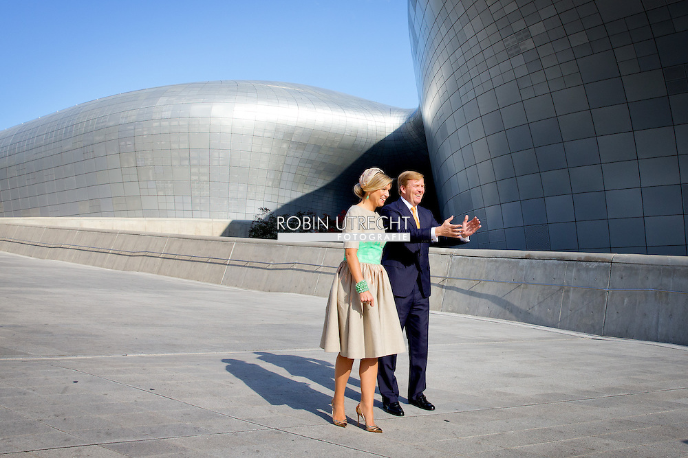 2-11-2014 - SEOUL - King Willem Alexander and Queen Maxima pose at the Dongdaemun Design Plaza during  2 days State visit of king Willem-alexander and queen Maxima to South Korea . COPYRIGHT ROBIN UTRECHT