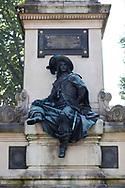 Statue de D'artagnan au pied du monument à Alexandre Dumas réalisé par Gustave Doré, place du général Catroux