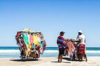 Vendedores ambulantes na Praia dos Açores. Florianópolis, Santa Catarina, Brasil. / Peddlers at Acores Beach. Florianopolis, Santa Catarina, Brazil.