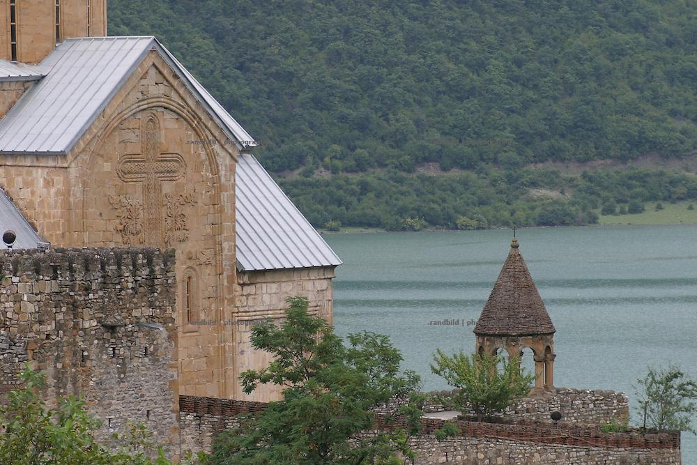 Innenansicht des bekannten Klosters Ananuri an der Georgischen Heerstrasse. ..Defense monastery Ananuri and Zhinvali lake at the Georgian Military Highway.