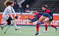 AMSTERLVEEN - Kim Lammers ziet haar strafcorner worden gekeerd door Maria Verschoor (l) van A'dam, zondag tijdens de competitiewedstrijd tussen de vrouwen van Amsterdam en Laren. (2-1). rechts Minke Smeets-Smabers. FOTO KOEN SUYK