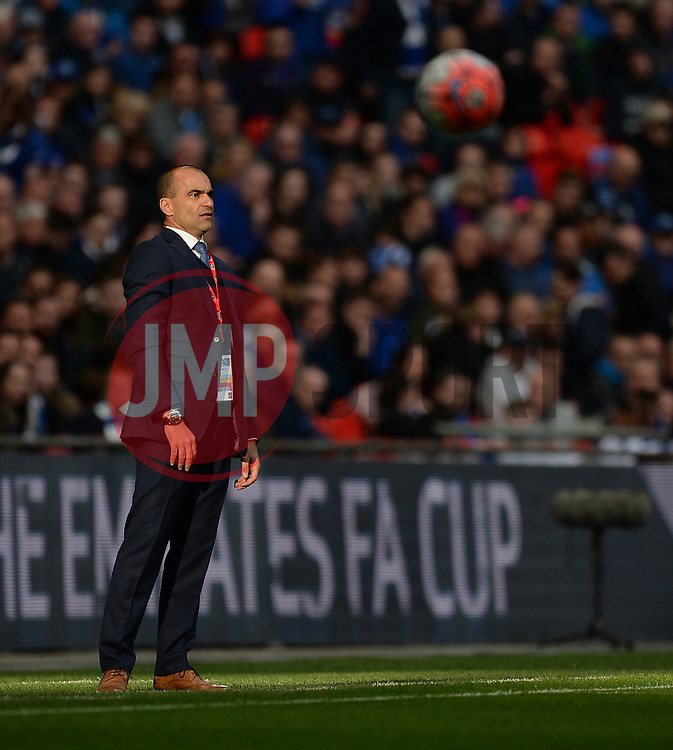 Everton Manager Roberto Martinez  gives directions to his players. - Mandatory by-line: Alex James/JMP - 23/04/2016 - FOOTBALL - Wembley Stadium - London, England - Everton v Manchester United - The Emirates FA Cup Semi-Final