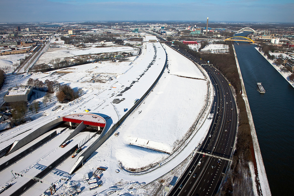 Nederland, Utrecht, Leidsche Rijn, 31-01-2010; zuidelijke ingang van de nieuwe landtunnel voor de A2. De tunnel ligt parallel aan de bestaande A2, het asfalt zal op termijn verdwijnen en op het dak van de tunnel zal een park komen. Links van de tunnel Leidsche Rijn met de wijken Langerak en Parkwijk. Rechts het Amsterdam-Rijnkanaal..Southern entrance of the new landtunnel for A2. The tunnel lies parallel to the existing motorway A2, the asphalt will eventually disappear and the roof of the tunnel will be a park. Left of the tunnel Leidsche Rijn with the districts and Langerak Parkwijk. Right the Amsterdam-Rhine Canal.luchtfoto (toeslag), aerial photo (additional fee required).foto/photo Siebe Swart