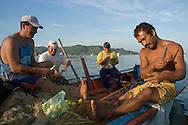 Pescadores reparando las redes en la Bahía de Juan Griego. 2005. (Ramón Lepage / Orinoquiaphoto)  Fishermen repairing the nets in Juan Griego's Bay. 2005. (Ramon Lepage / Orinoquiaphoto)