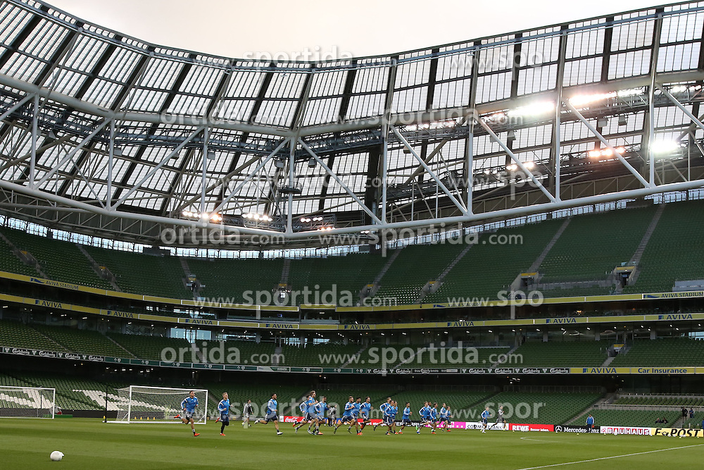 07.10.2015, Avia Stadium, Dublin, IRL, UEFA Euro Qualifikation, Training Deutschland, Irland vs Deutschland, im Bild Mannschaft beim Aufwaermen // during a Trainingssession of German National Football Team before the away Match against Ireland at the Avia Stadium in Dublin, Ireland on 2015/10/07. EXPA Pictures &copy; 2015, PhotoCredit: EXPA/ Eibner-Pressefoto/ Schueler<br /> <br /> *****ATTENTION - OUT of GER*****