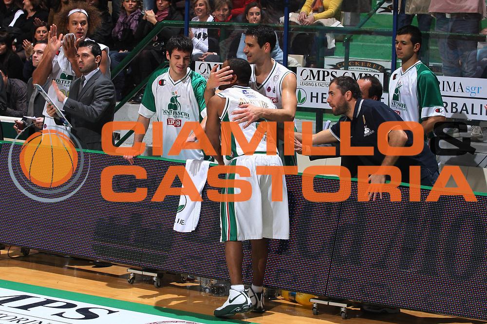 DESCRIZIONE : Siena Lega A 2009-10 Montepaschi Siena Lottomatica Virtus Roma<br />GIOCATORE : Terrell Mc Intyre<br />SQUADRA : Montepaschi Siena<br />EVENTO : Campionato Lega A 2009-2010<br />GARA : Montepaschi Siena Lottomatica Virtus Roma<br />DATA : 22/11/2009<br />CATEGORIA : Esultanza<br />SPORT : Pallacanestro<br />AUTORE : Agenzia Ciamillo-Castoria/G.Ciamillo<br />Galleria : Lega Basket A 2009-2010<br />Fotonotizia : Siena Campionato Italiano Lega A 2009-2010 Montepaschi Siena Lottomatica Virtus Roma<br />Predefinita :