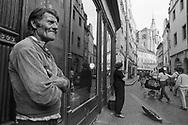 Prague, 1993: uomo ascolta deliziato una violinista - man listening delight a violinist<br /> &copy;Andrea Sabbadini