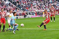 02.04.2011, Allianz Arena, Muenchen, GER, 1.FBL, FC Bayern Muenchen vs Borussia Moenchengladbach , im Bild  Torschuss zum 1-0 durch Arjen Robben (Bayern #10) , EXPA Pictures © 2011, PhotoCredit: EXPA/ nph/  Straubmeier       ****** out of GER / SWE / CRO  / BEL ******