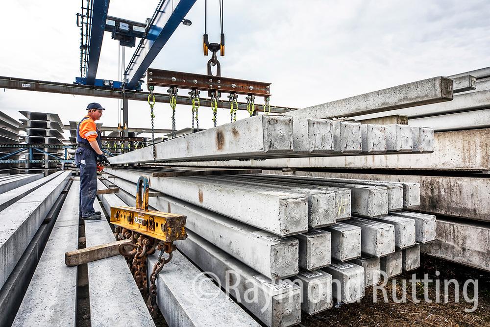 Kootstertille - Haitsma Beton is een Fries bedrijf dat door Jurjen Haitsma in 1905 werd opgericht. Het bedrijf heeft zich gespecialiseerd in het ontwerpen en produceren van prefab betonnen elementen, barriers en heipalen.bij repo.  foto raymond rutting / de volkskrant