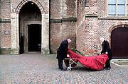 Nederland, Boxtel, 25-1-2014Personeel van een uitvaartbedrijf treffen voorbereidingen om de kist van een overleden persoon de kerk in te brengen.Foto: Flip Franssen