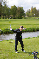 GOUDA - GOLFBAAN IJSSELWEIDE , kennismaken met golf tijdens Open Golfdag, jeugd slaat af. . COPYRIGHT KOEN SUYK