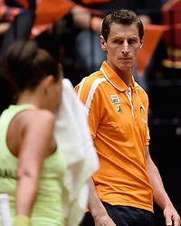 18-04-2015 NED: Fed Cup Nederland - Australie, Den Bosch<br /> Op het gravelcourt van de Maaspoort speel Nederland voor een ticket naar de wereldgroep / Arantxa Rus verliest de tweede partij waardoor het stand weer gelijk is 1-1. Coach Paul Haarhuis