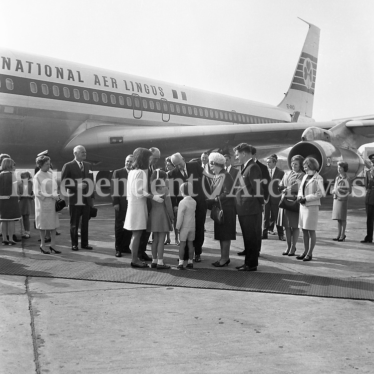 Jacqueline (Jackie) Kennedy's June 1967 visit to Ireland.<br /> At Shannon Airport.<br /> Jacqueline Kennedy with her children Caroline and John.<br /> (Part of the Independent Ireland Newspapers/NLI Collection)
