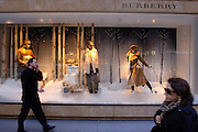 USA, Nordamerika,New York, New York City, Manhattan, 5th Avenue, Einkaufen, shopping, Schaufenster, Burberry Filiale 54th street, Passanten, Mode, Kleidung