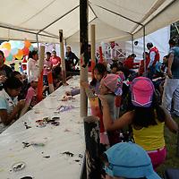 Toluca, México.- Niños de Toluca celebraron por adelantado el Día del Niño con diversos actividades, organizado por el DIF municipal; pudieron dibujar, disfrutar de un spa, sembrar verduras,  jugar a ser doctores, entre otras cosas. Agencia MVT / Crisanta Espinosa