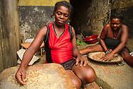 Women separating grain roça Colónia Açoreana.