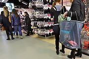 Nederland, Nijmegen, 31-3-2014Vandaag opent deze Primark vestiging, filiaal haar deuren, en er is meteen grote belangstelling van publiek, klanten. de modeketen is gevestigd aan het vernieuwde Plein 44, plein44 en moet een impuls voor de binnenstad betekenen. Vanwege het belang voor de werkgelegenheid werd de opening gedaan door burgemeester Bruls.Foto: Flip Franssen/Hollandse Hoogte