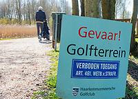 VIJFHUIZEN - Haarlemmermeersche Golf Club. Gevaar, pas Op, voorzichtig, golfterrein, betreden, risico, verboden toegang, wildgolfers, wildgolf,  COPYRIGHT KOEN SUYK