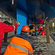 Amsterdam, 27-02-2014.  Vandaag werden enkele grote bijzondere boten voor de HISWA Boat Show uit de Amstel getakeld. Het transport naar Amsterdam RAI gebeurt vannacht rond 01.15 uur. Als de laatste tram voorbij is, worden de bovenleidingen op het Europaplein gedemonteerd en diverse stoplichten zullen worden weggedraaid om plaats te maken voor het transport van de schepen.