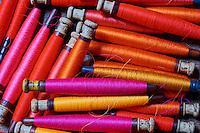 Inde, état d'Uttar Pradesh, Varanasi (Bénarès), tissage des fameux sari en soie de Benares, bobine de fil de soie // Asia, India, Uttar Pradesh, Varanasi (Benares), weaving of famous silk sari from Benares