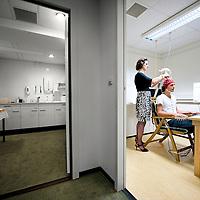 Nederland, Leiden, 22-09-2010<br /> Prof. Dr. Naomi Ellemers, sociaal-psycholoog in een laboratorium van de Universiteit Leiden bezig met een proefpersoon.<br /> Foto: Klaas Jan van der Weij