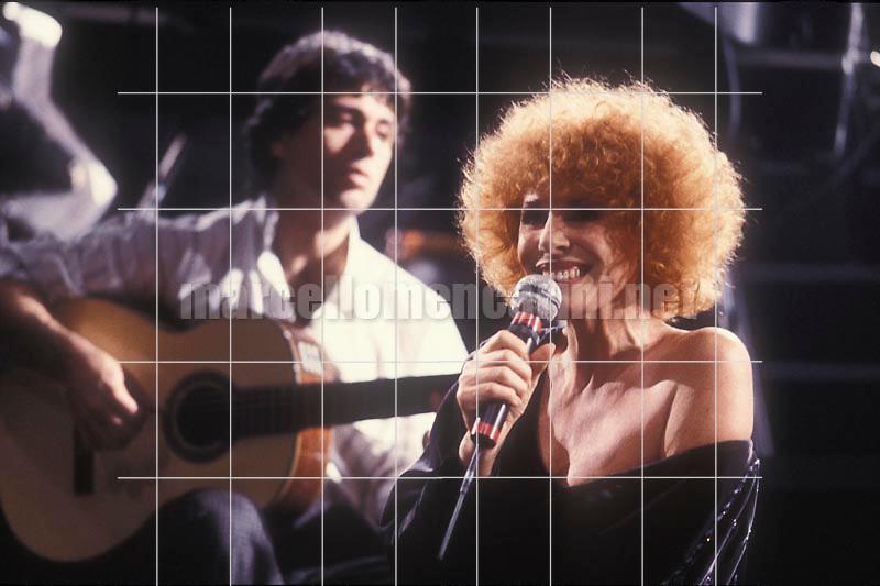 Italian pop singer Ornella Vanoni performing (1985) / La cantante Ornella Vanoni in concerto (1985) - © Marcello Mencarini