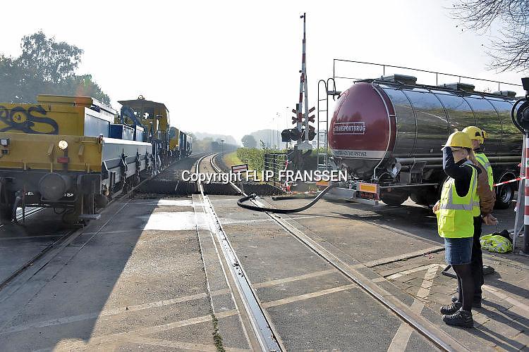 Nederland, Nijmegen, 17-10-2017 NS, nederlandse spoorwegen, prorail, verrichten groot onderhoud, werkzaamheden aan het spoor op het traject tussen Nijmegen en Roermond. Dat betekent dat waar nodig rails, bielzen en spoorgrind eruit gaan en vervangen worden door nieuwe exemplaren. Daarnaast worden wissels en overwegen vernieuwd, zoals de overweg op de d'Almarasweg in Nijmegen. Foto: Flip Franssen